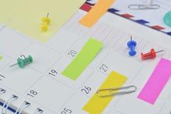 Notas de post-it com pino e grampo na página do diário do negócio Fotografia de Stock