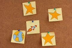 Notas de post-it com terra do planeta e espaço Rocket com as estrelas em b imagens de stock royalty free