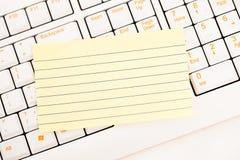 Notas de post-it em um teclado Imagem de Stock