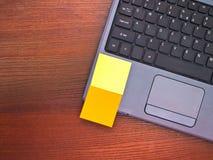 Notas de post-it en blanco sobre la computadora portátil Imagen de archivo libre de regalías