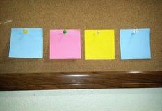 Notas de post-it en el trabajo Foto de archivo