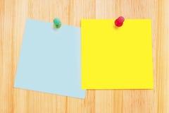 Notas de post-it na mesa de madeira Imagem de Stock