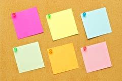 Notas de post-it sobre tablón de anuncios Fotos de archivo libres de regalías