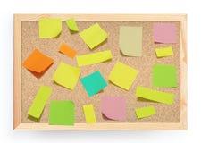 Notas de post-it sobre tarjeta del corcho Fotografía de archivo libre de regalías