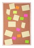 Notas de post-it sobre una tarjeta del corcho imagen de archivo