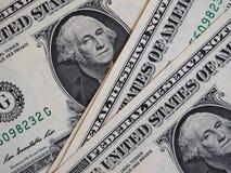Notas de um dólar, Estados Unidos sobre o fundo vermelho de veludo imagem de stock royalty free