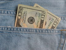 Notas de USD en bolsillo de los tejanos Imagenes de archivo