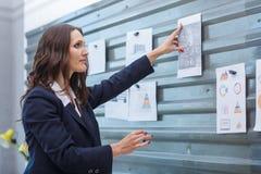 Notas de vista morenos novas unidas a uma parede magnética fotos de stock royalty free