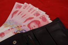100 notas de Yuan na carteira Fotografia de Stock
