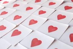 Notas del amor Fondo para el diseño con el fondo rojo de los corazones con los corazones rojos Modelo imágenes de archivo libres de regalías