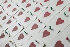 Notas del amor Fondo para el diseño con el fondo rojo de los corazones con los corazones rojos Modelo imagenes de archivo