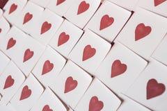 Notas del amor Fondo para el diseño con el fondo rojo de los corazones con los corazones rojos Modelo fotografía de archivo libre de regalías
