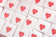 Notas del amor Fondo para el diseño con el fondo rojo de los corazones con los corazones rojos Modelo imagen de archivo