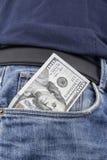 Notas del dólar de EE. UU. en el bolsillo delantero Imagen de archivo libre de regalías