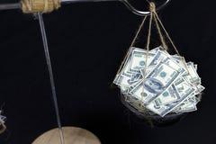 Notas del dólar y de la libra sobre escala fotografía de archivo libre de regalías