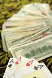 Notas del dólar y tarjetas del póker, herramientas del jugador foto de archivo libre de regalías