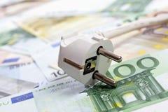 Notas del enchufe y del euro, cierre para arriba Fotografía de archivo