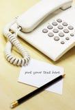 Notas del teléfono y de la nota sobre el escritorio de oficina imágenes de archivo libres de regalías