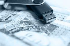 Notas del USB y de 20 libras Foto de archivo libre de regalías