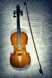 Notas del violín. Instrumentos musicales con la hoja de música Foto de archivo