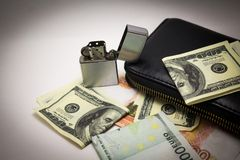 Notas do dólar e do euro em um fundo branco imagens de stock