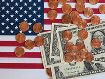 Notas do dólar e moedas e bandeira do Estados Unidos Imagem de Stock