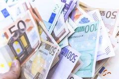 Notas do dinheiro do Euro na carteira no fundo branco Fotos de Stock