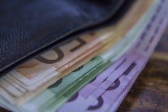 Notas do dinheiro do Euro na carteira no fundo branco Fotografia de Stock Royalty Free