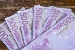 Notas do dinheiro do Euro na carteira no fundo branco Fotografia de Stock