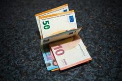 Notas do Euro em uma tabela Fotografia de Stock