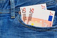 Notas do Euro no bolso de calças das calças de brim Fotos de Stock