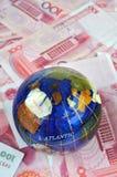 Notas do globo e do dinheiro Foto de Stock Royalty Free