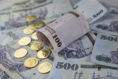 Notas do Riyal do saudita com moedas douradas Foto de Stock