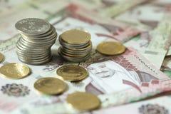 Notas do Riyal do saudita com libras douradas Fotos de Stock Royalty Free