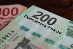 Notas dos pesos mexicanos no fundo escuro fotografia de stock