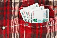 Notas dos rublos de russo no bolso quadriculado do revestimento Foto de Stock Royalty Free