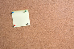 Notas e Cork Board pegajosos Imagem de Stock