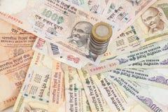 Notas e moedas indianas da rupia da moeda Imagens de Stock Royalty Free