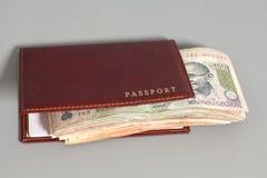 Notas e passaporte indianos da rupia da moeda Fotografia de Stock