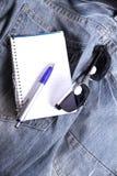 Notas em calças de brim Fotos de Stock