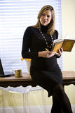 Notas embarazadas de la escritura de la empresaria por el escritorio Imágenes de archivo libres de regalías