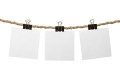 Notas en blanco blancas que cuelgan en la cuerda para tender la ropa Imagen de archivo libre de regalías