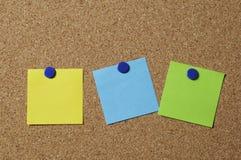 Notas en blanco sobre tablón de anuncios Fotografía de archivo