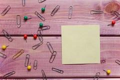 Notas, etiqueta engomada, clips de papel Imagen de archivo libre de regalías