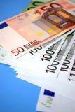 Notas euro con la reflexión Imagen de archivo