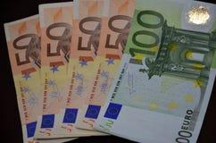 Notas euro con la reflexión Fotos de archivo