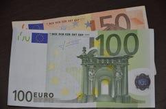 Notas euro con la reflexión foto de archivo