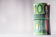 Notas euro con la reflexión Dinero en circulación euro Dinero euro Primer del billetes de banco euro rodados en la tabla concreta Imágenes de archivo libres de regalías