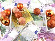 Notas euro con las bolas de la Navidad en él Imagen de archivo libre de regalías