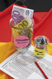 Notas euro en envase con el documento en bandera alemana Fotos de archivo libres de regalías